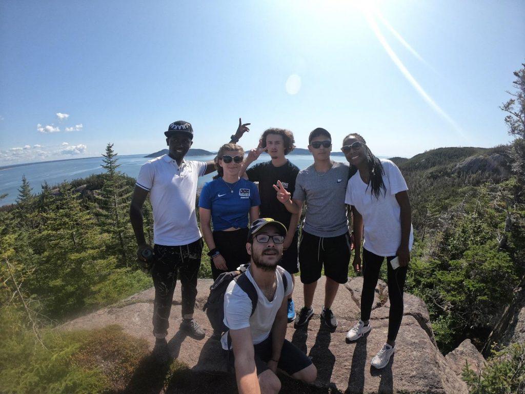 étudiants internationaux en randonnée sur l'Île Grande-Basque